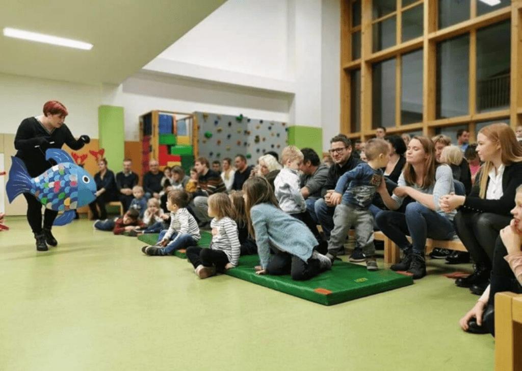 Weihnachtsfeier mit Geschenken für die Kinder